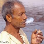 Viaje fotográfico a la India: fumando a la orilla del rio Yamuna