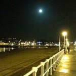 Paseando por Gijón: por el Muro de San Lorenzo y con luna llena